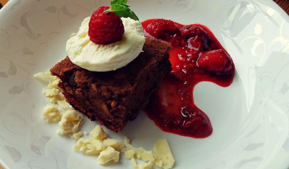 Burvīga un vienkārša kakao kūka ar ogu mērci