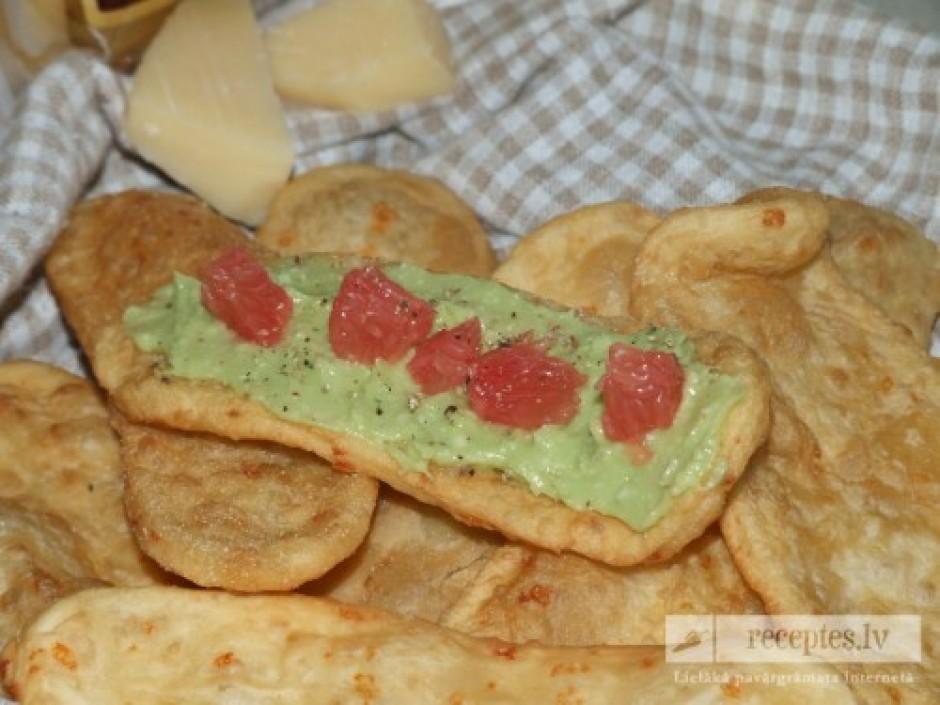 Smērē krēmu uz pasakainās maizītes un pāri liek greipfrūta m...