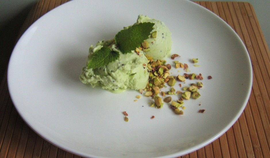Zaļais kivi saldējums ar pistācijām