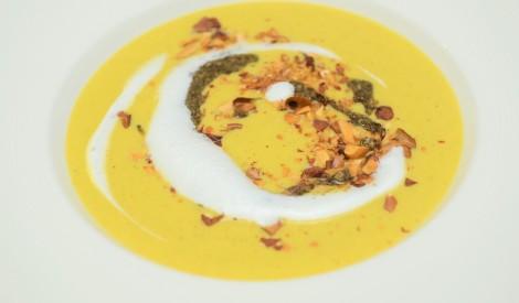 Kūpinātas vistas zupa ar kaņepēm un mandelēm