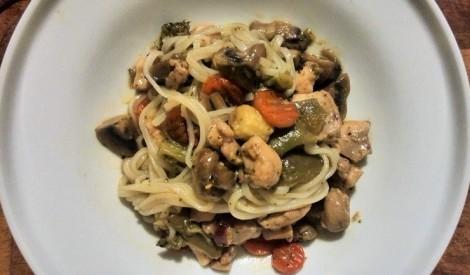 Ātrais dārzeņu wok ar vistu