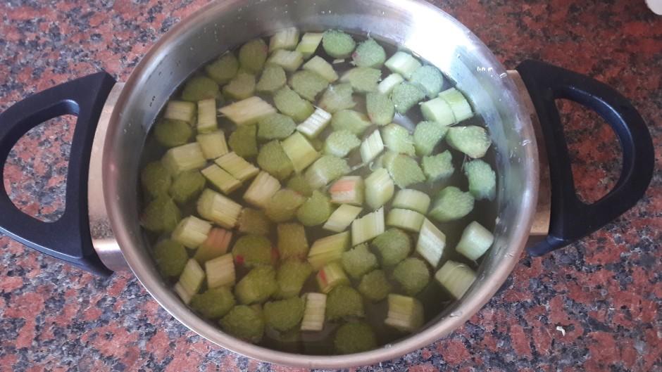 Notīra un sagriež rabarberus. Liek katliņā, kurā pielej ūden...