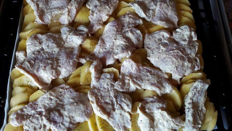 Virsū kartupeļiem kārto samarinētās gaļas šķēlītes.