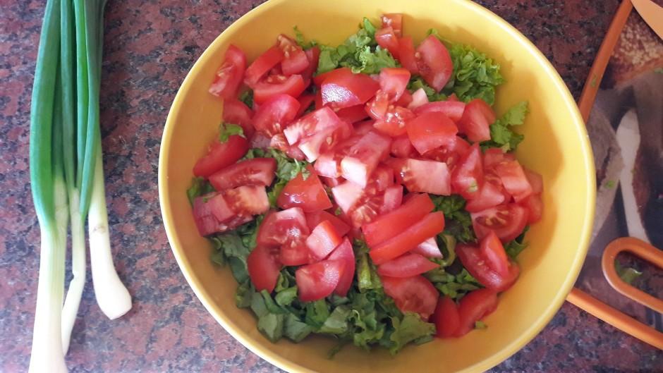 Sagriež tomātus. Pievieno pārējām sastāvdaļām.