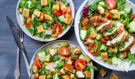 Karstās vistas salāti ar grauzdiņiem