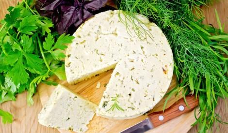 Jāņu siers ar zaļumiem