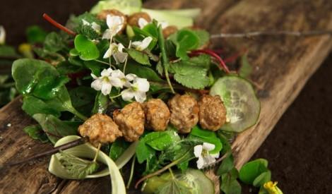 Svaigie salāti ar gaļas bumbiņām
