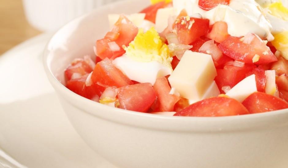 Brokastu salāti ar olu un tomātiem