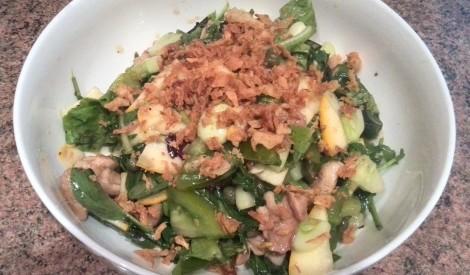 Lapu salāti ar vistu un grauzdētiem sīpoliem