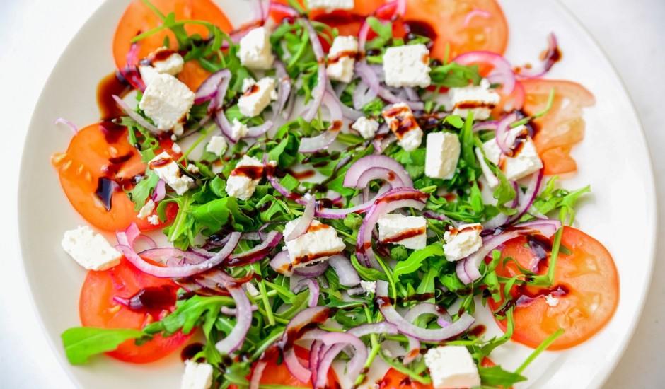 Svaigie salāti ar rukolu un Fetas sieru