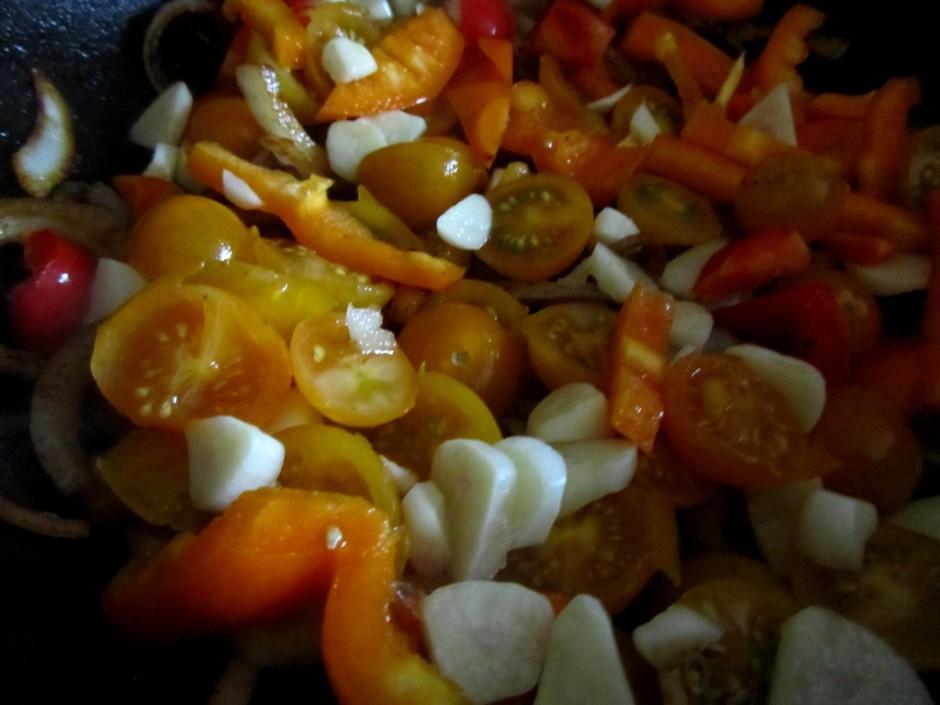 Apcep sasmalcinātu papriku, sīpolus, ķiplokus, tomātus.