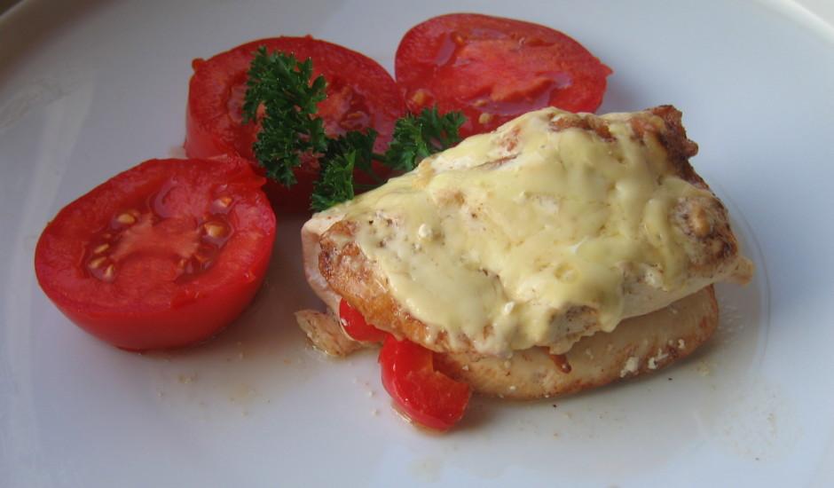 Pildīta vistas fileja ar tomātu salātiem