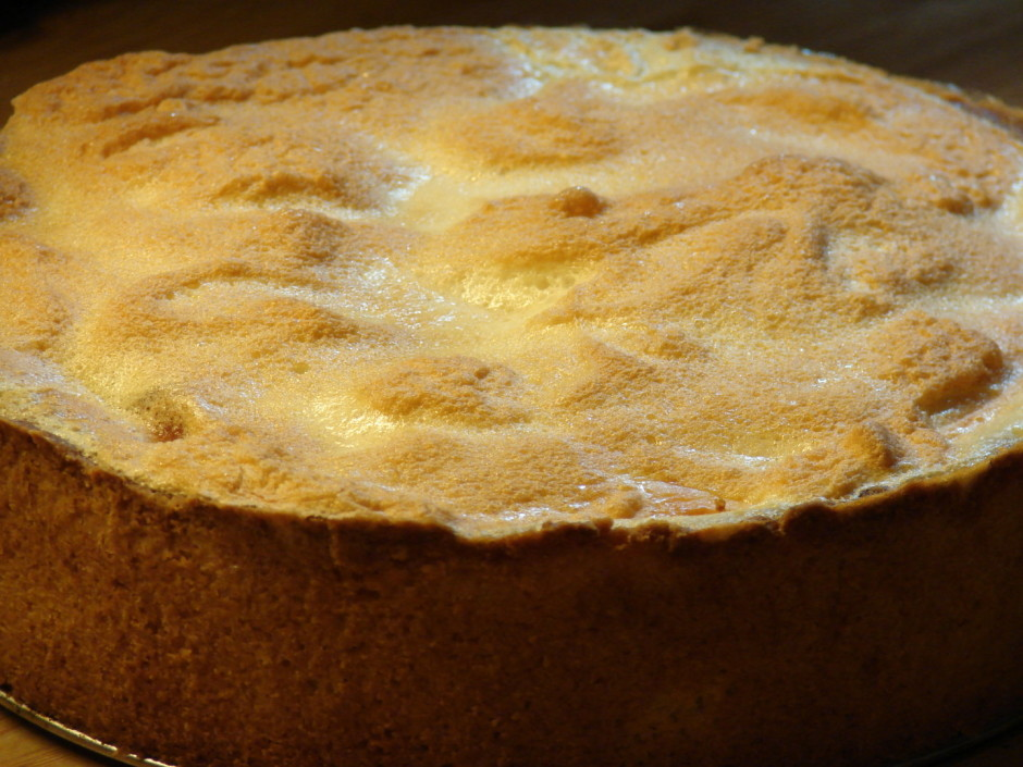 Sakuļ 3 olu baltumus ar 50 g cukura, izliek uz kūkas, cep vē...