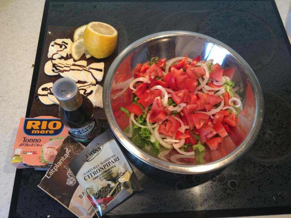 Sagriež tomātus un atsevišķi mozarella sieru - to pārlej ar...