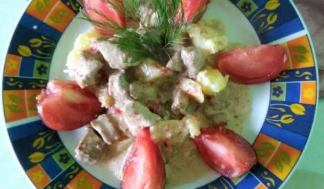 Mežacūkas gulašs ar vārītiem kartupeļiem