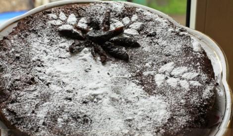 Šokolādes un melno plūmju kūka