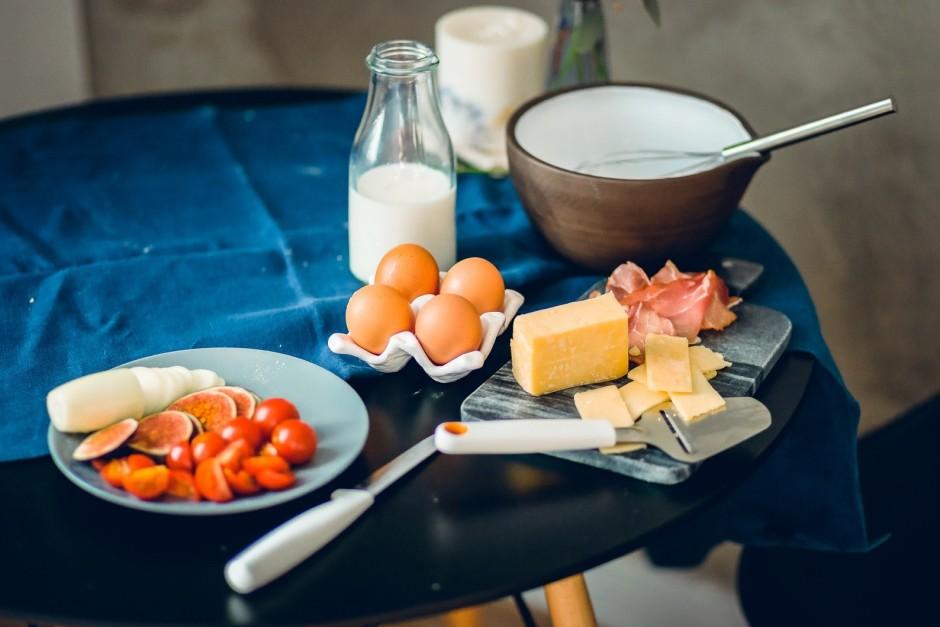 Pagatavo pildījumu. Sīpolu sagriez smalkās ripiņās, tomātus...