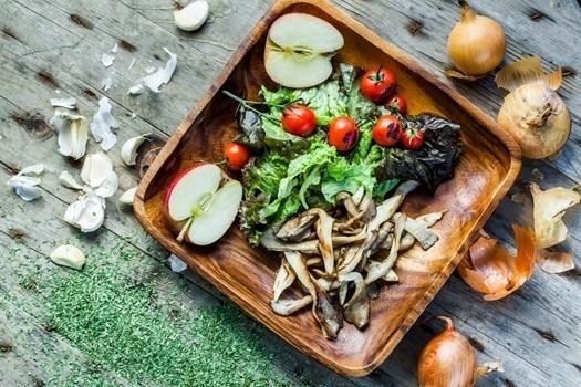 Zeltaini dzelteni salāti ar āboliem, upenēm un sēnēm