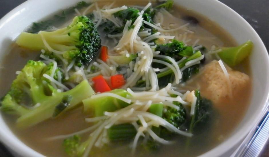 Tofu zupa ar dārzeņiem un nūdelēm