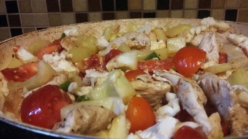 Pieliek uz pusēm sagrieztus tomātus un sakapātus čilī piparu...