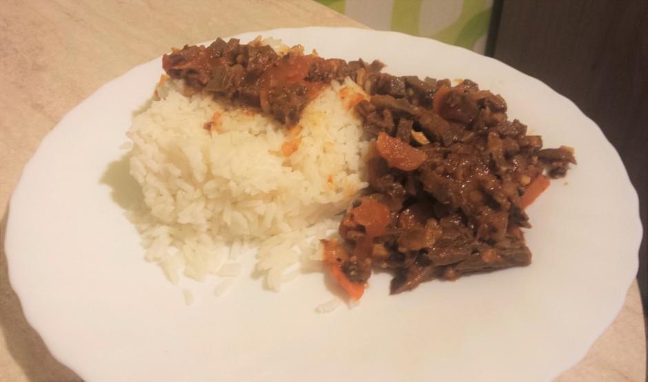 Pasniedz ar rīsiem vai maizīti :)