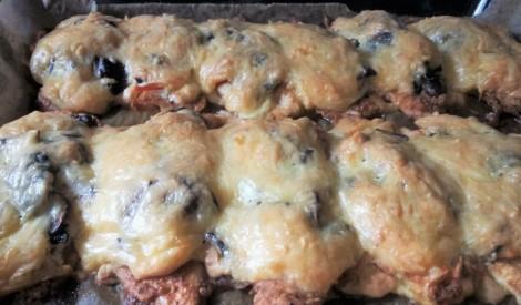 Vistas filejas karbonādes ar tomātiem, sēnēm un sieru