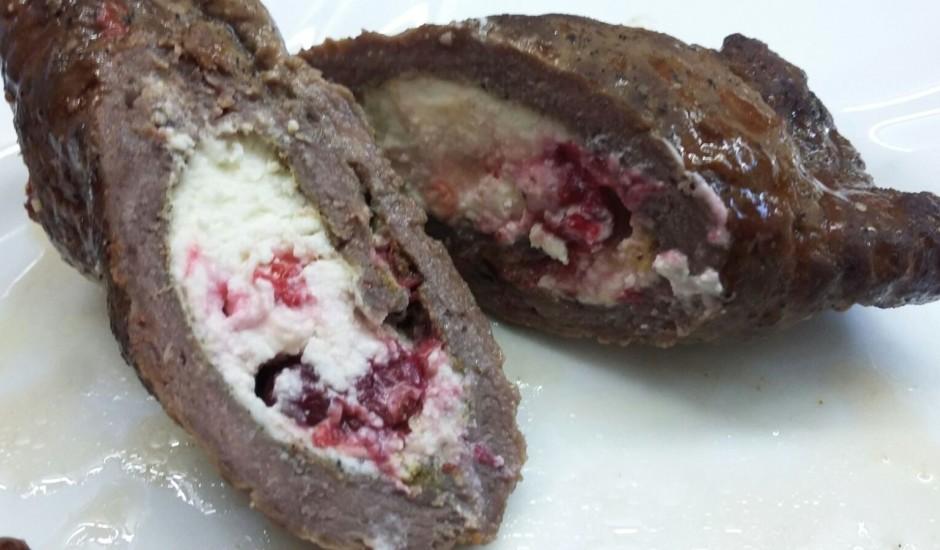 Liellopa gaļas rullītis ar fetas sieru un brūklenēm BBQ mērcē
