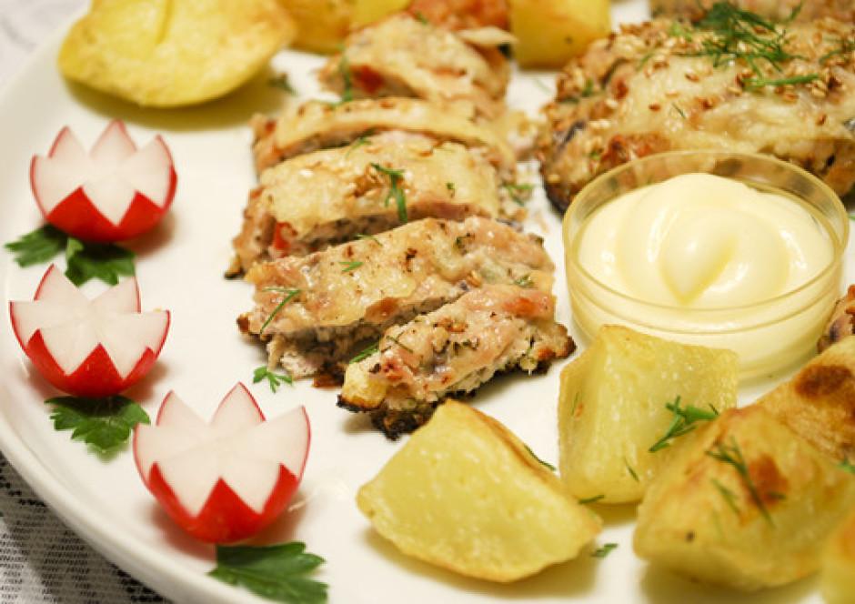 Pasniedz ar ceptiem kartupelīšiem.