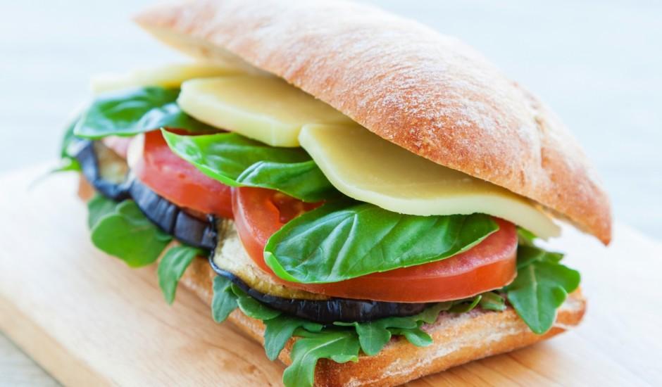 Veģetārais panini ar baklažānu