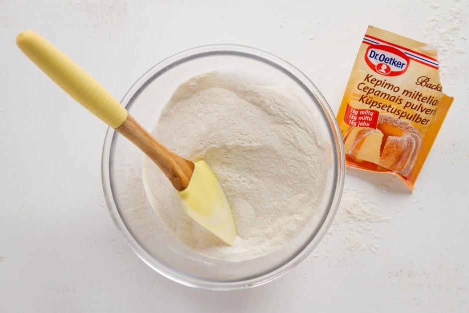 Miltus sajauc ar cukuru un cepamo pulveri.