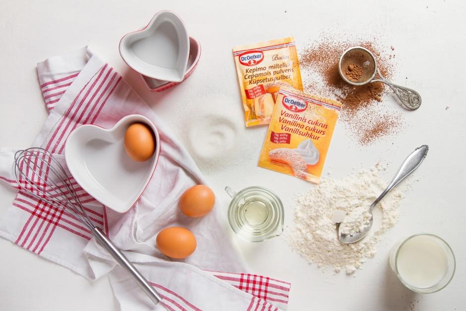Bļodā iesit olas, pievieno cukuru.