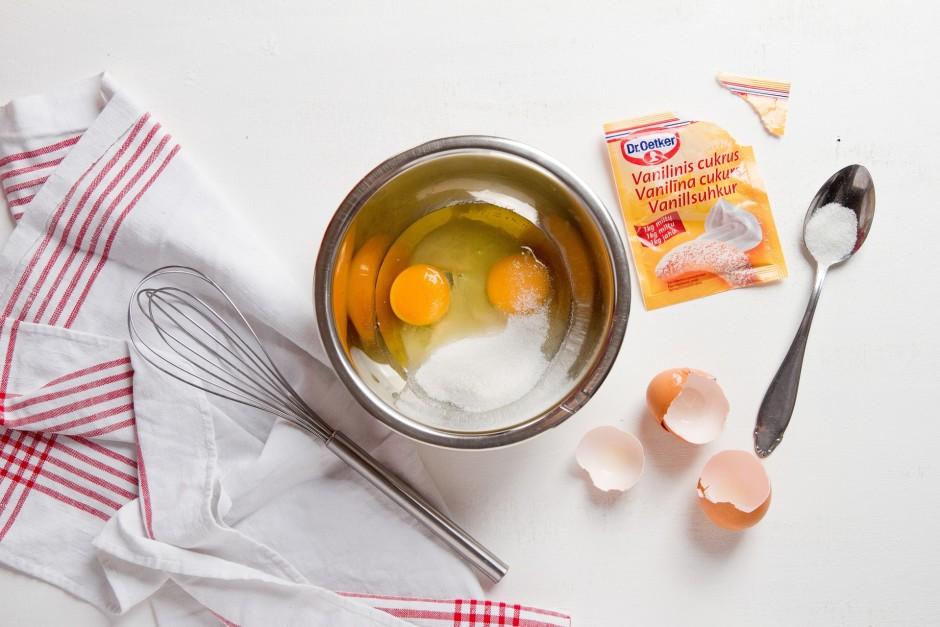 Olas uzputo ar cukuru un vanilīna cukuru, līdz masa kļūst ga...