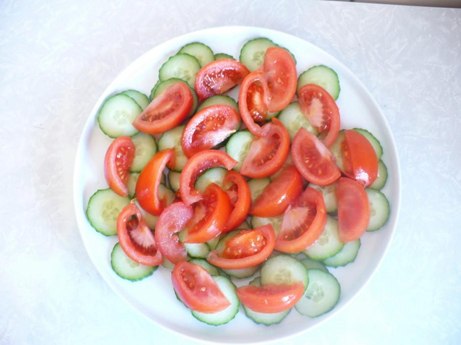 Sagriež gurķi ripiņās un tomātu daiviņās. Izkārto uz šķīvja.