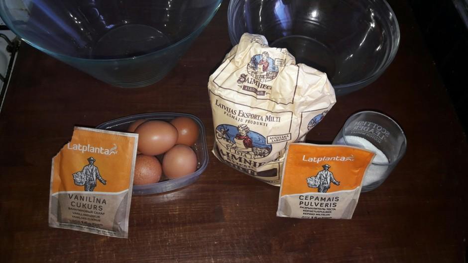 Gatavo biksvītu. Atdala olas baltumus no dzeltenumiem.