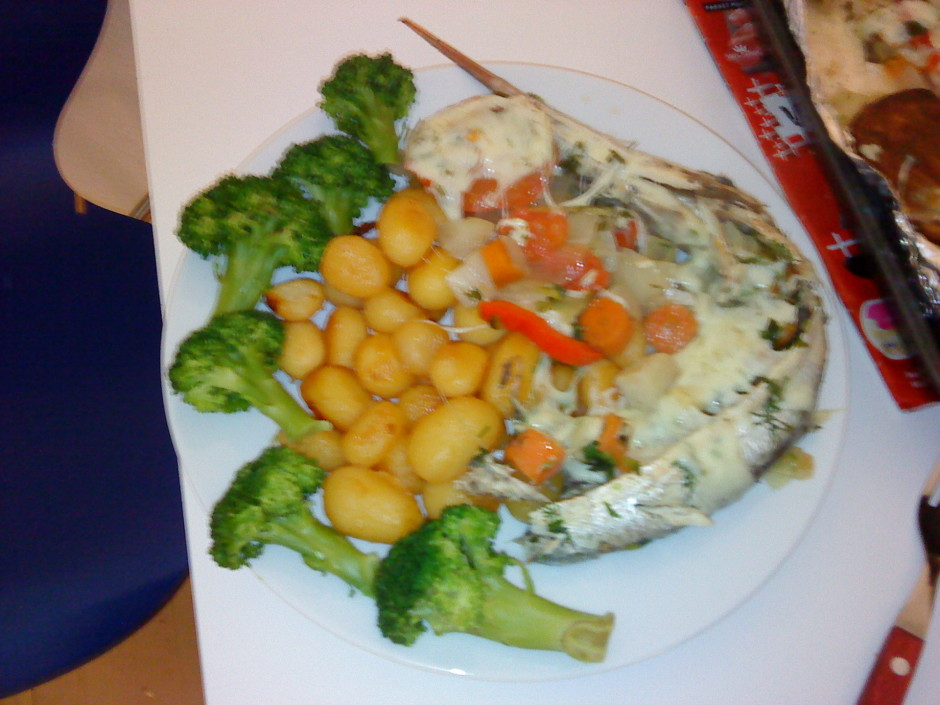 Kamēr tas vis cepas, uzvāra kartupeļus un apvāra brokoli, sa...
