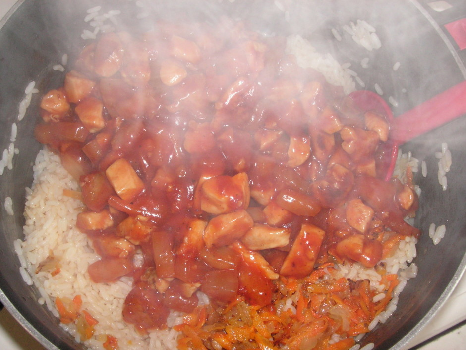 Tad rīsiem liekam klāt saceptos burkānus ar sīpoliem un vist...