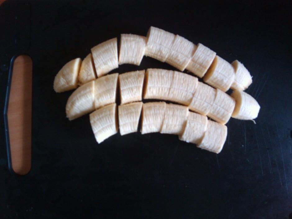 Kamēr šokolāde kausējas jāsagriež banāns 2 cm biezumā.