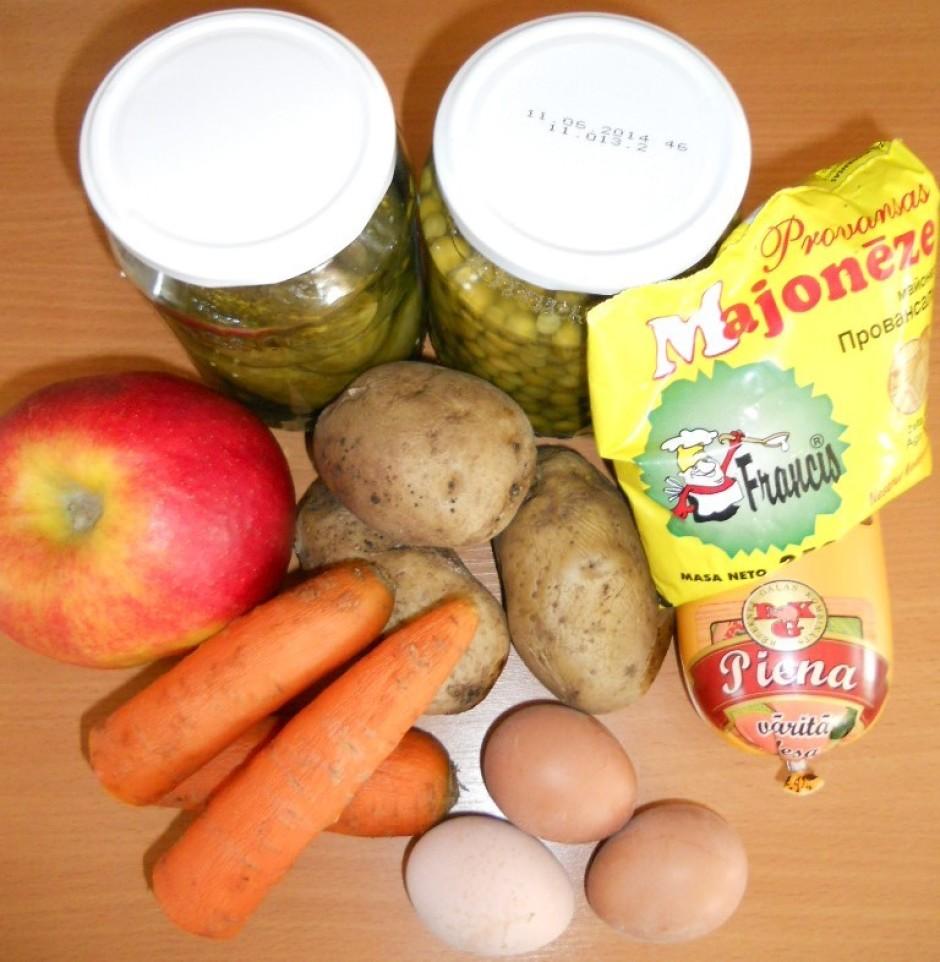 Izvāra un atdzesē burkānus, kartupeļus un olas.