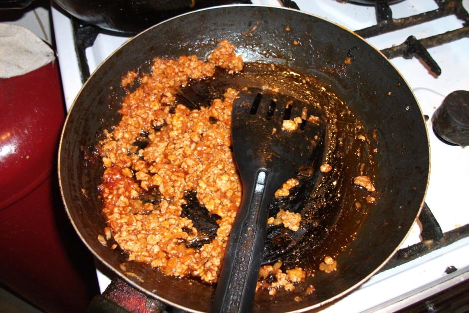 Sagriez sīpolu un apcep malto gaļu. Pievieno tomātu pastu va...