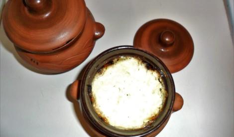 Dārzeņu sautējums ķiploku-siera mērcē