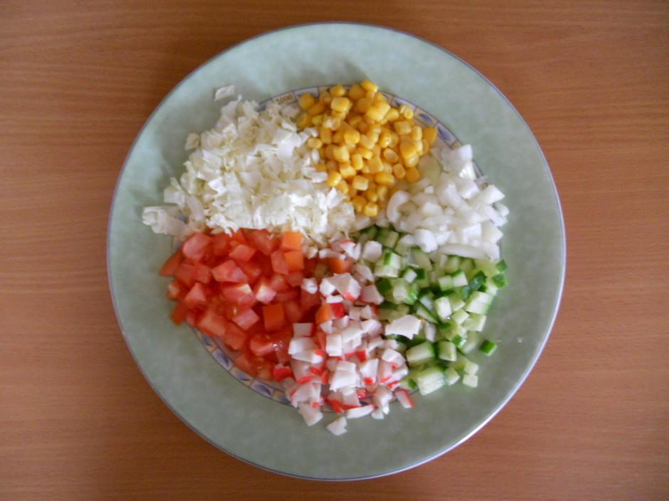 Sagriež, pievieno sāli, dilles, piparus un beigās majonēzi....