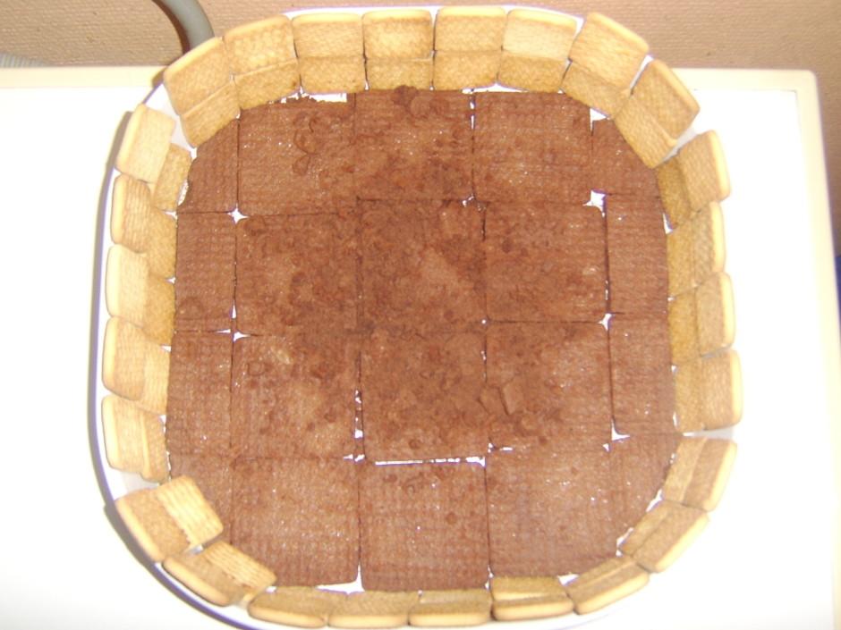 Tortes formā (vislabāk) vai kādā citā traukā izkārto cepumus...