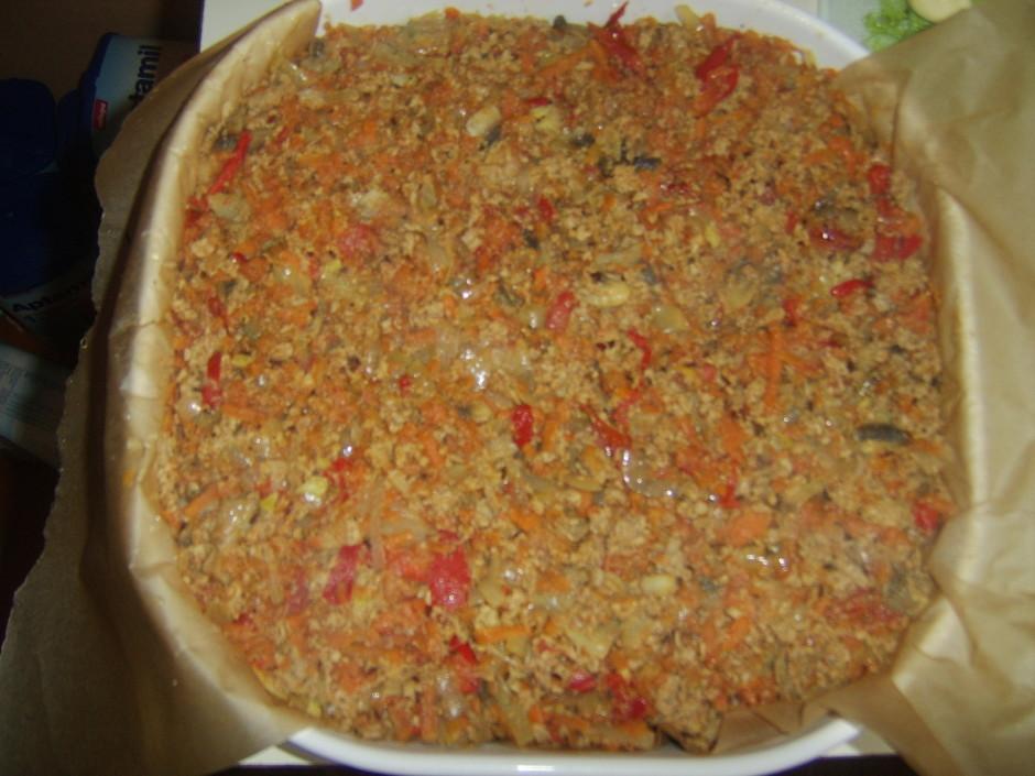 Liek maltās gaļas un dārzeņu masu, pārklāj ar kartupeļiem lī...