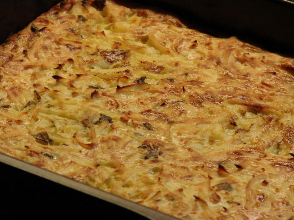 Dziļu cepešpannu iesmērē ar taukvielām, liek kartupeļu masu...