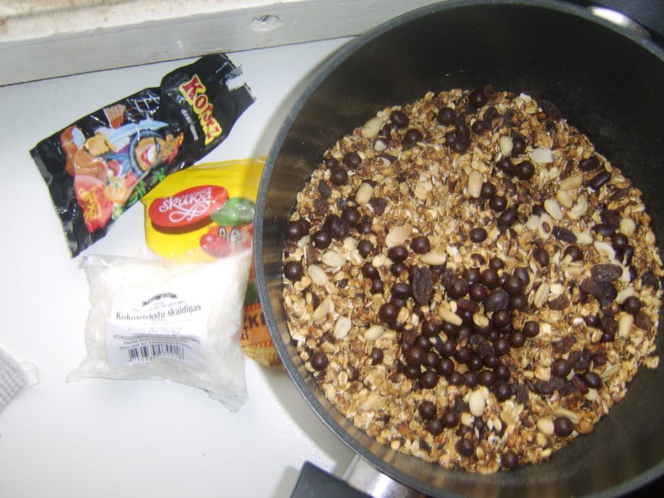 Sajauc ar riekstus, rozīnes, riekstus šokolādē un kokosrieks...