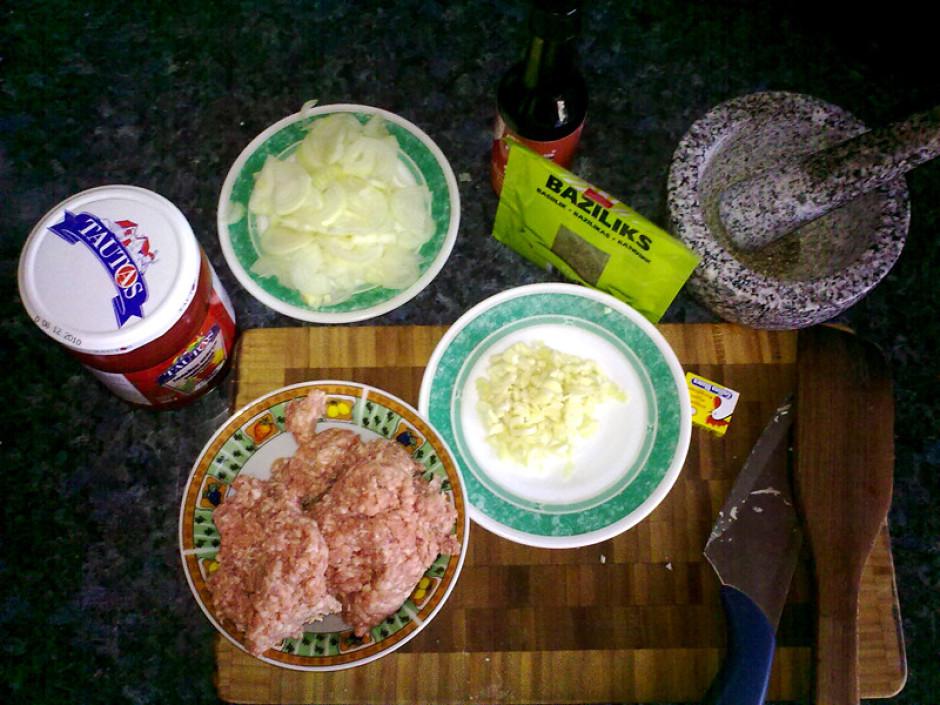 Sagatavo sastāvdaļas. Spageti saulauž smalkāk, izvāra sālsū...