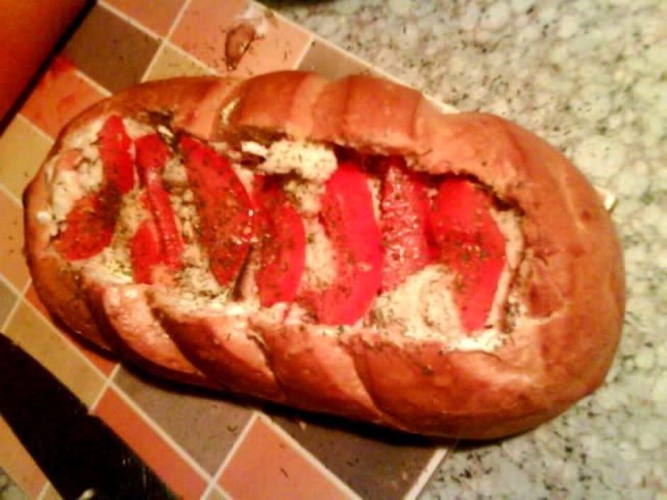 Pa kārtām iesmērē tomātu mērci un majonēzi, iekaisa garšviel...