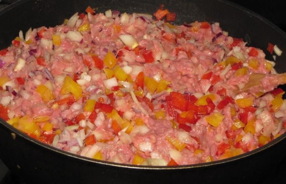 Sagatavo pildījumu -  pannā apcep maltu gaļu ar sīpoliem, p...