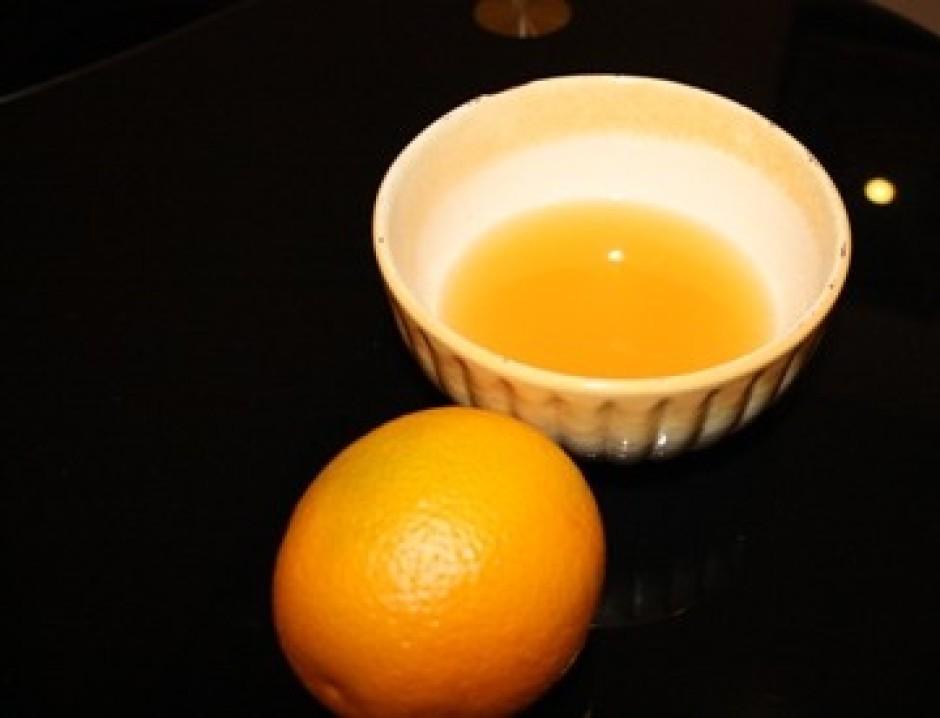 Glazūrai sajauc apelsīna sulu, cukuru un apelsīnu liķieri.