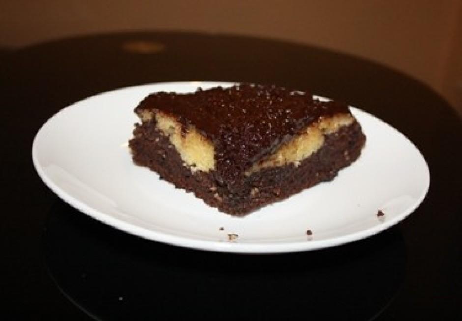 Uzmanīgi izņem kūku no formas un pārklāj ar glazūru. Virs tā...